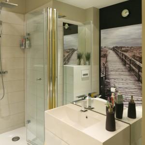 Drzwi prysznicowe składane do środka to rozwiązanie, które umożliwia zainstalowanie kabiny prysznicowej w małej łazience: nie potrzeba dodatkowej przestrzeni na zewnątrz kabiny, aby otworzyć drzwi. Projekt: Dorota Szafrańska. Fot. Bartosz Jarosz.