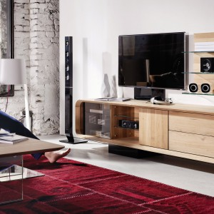 Jeżeli chcemy urządzić niewielkie mieszkanie w zgodzie z obecnie panującymi trendami, wybierzmy proste formy i elegancki minimalizm. Meble nie powinny przytłaczać pokoju i ograniczać dostępu naturalnego światła. Fot. Voglauer.