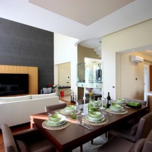 W minimalistycznych wnętrzach warto zastosować kolory, które poprawią nasz nastrój i wizualnie powiększą metraż naszego mieszkania. Brązy, beże i ciepłe odcienie szarości to barwy, które uspokajają, a dzięki nim wnętrze nabiera przytulnego charakteru. Fot. Beckers Colour Designer.