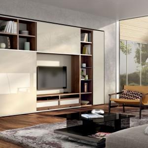 Przy aranżacji kawalerki czy małego mieszkania dla singli warto wykorzystać istniejące wnęki i zabudować je szafą. Dzięki temu praktycznemu rozwiązaniu zyskamy cenną przestrzeń. Fot. Hulsta.