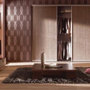 W małych lokalach znakomicie sprawdzają się szafy wnękowe. Nie zastawiają  one przestrzeni, tylko idealnie wkomponowują się w nowoczesną przestrzeń salonu czy sypialni. Fot. Komandor.