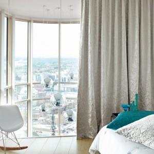 W sypialniach ważną role odgrywają zasłony. Na zdjęciu: kolekcja tkanin Barcelona. Fot. Cosmonova/Fargotex.