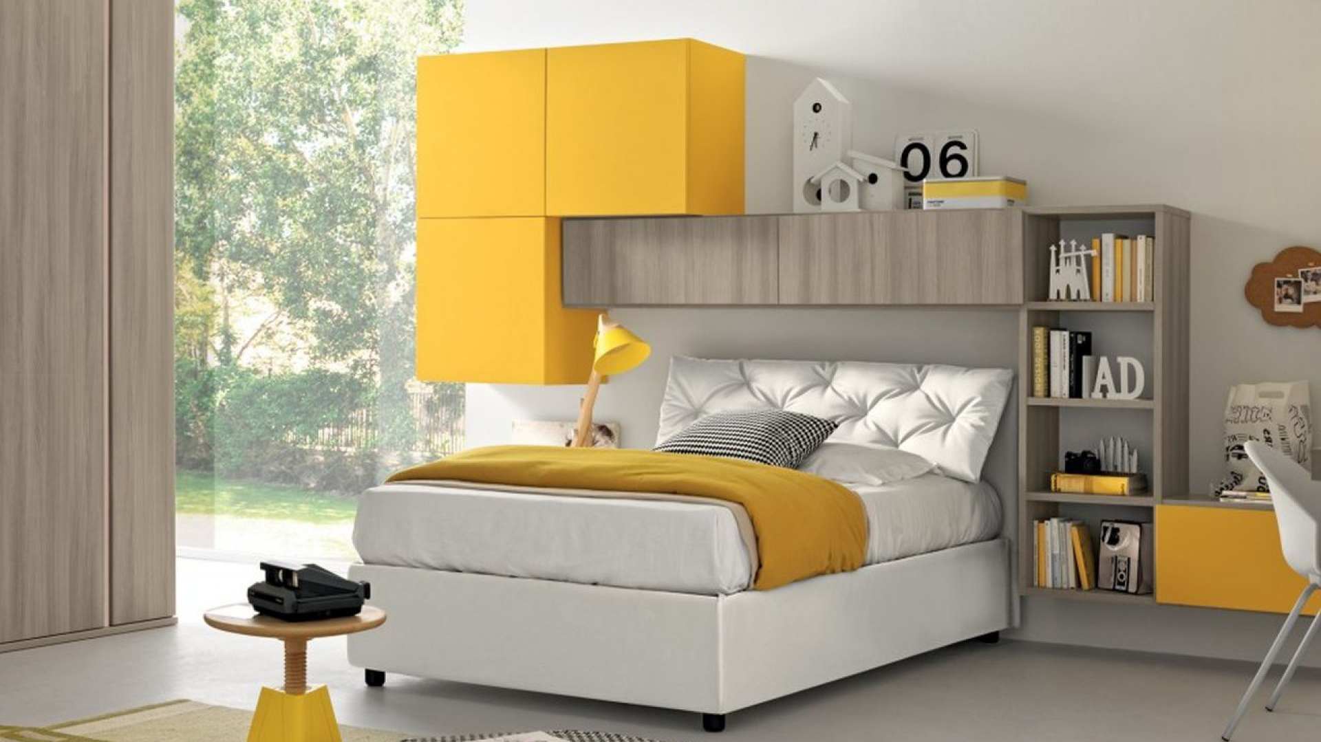 Meble w kolorze drewna efektownie ożywiają żółte fronty. Tapicerowany zagłówek łóżka nadaje aranżacji szyku i wnosi do wnętrza odrobinę elegancji. Fot. Colombini Casa.