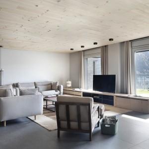 W salonie, podobnie jak w całym mieszkaniu, dominują delikatne barwy. Meble nawiązują do estetyki lat 50-tych. Projekt: Coblonal Arquitectura. Fot. Sara Riera.