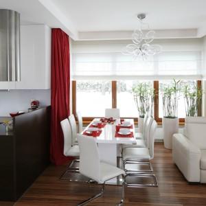 Częściowo otwartą kuchnię oddziela od salonu półwysep oraz postawiony równolegle do niego, długi stół jadalniany. Projekt: Katarzyna Mikulska-Sękalska. Fot. Bartosz Jarosz.
