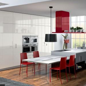 Jeśli mamy sporą kuchnię, stół możemy ustawić w taki sposób, by styka się on krótszą krawędzią z wyspą kuchenną. W razie potrzeby będzie on przedłużeniem strefy roboczej. Fot. Ernestomeda.