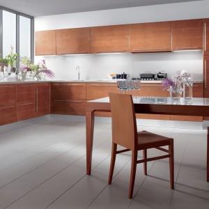 Wrażenie ładu i harmonii uzyskamy wtedy, gdy wszystkie elementy wyposażenia będą w takim samym kolorze. Dlatego warto uwzględnić stół w kuchni już na etapie projektowania aranżacji wnętrza. Fot. Scavolini.