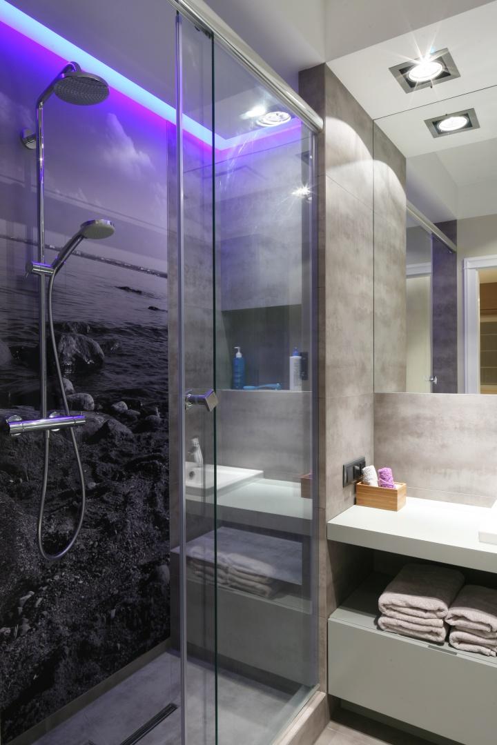 Fototapeta na ścianie za prysznicem stanowi niebanalną dekorację. Projekt: Lucyna Kołodziejska. Fot. Bartosz Jarosz.