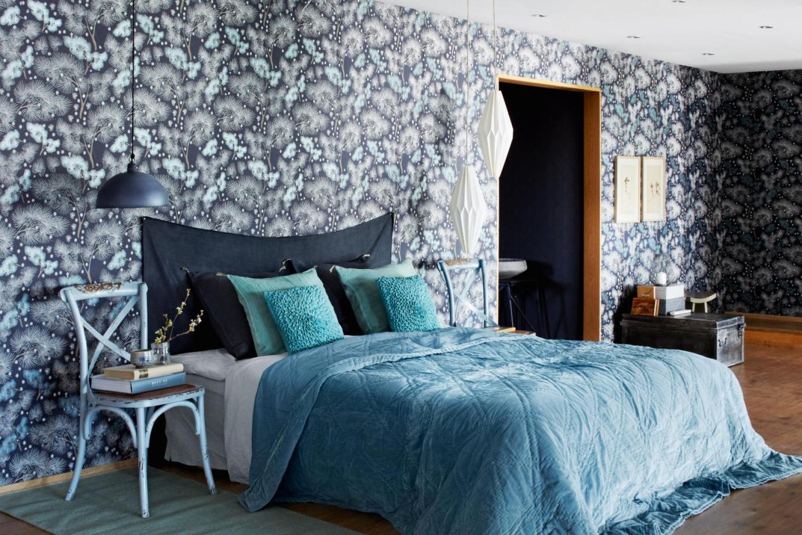 Tapeta w roślinne ornamenty dobrze komponuje się z całym wystrojem sypialni. Fot. Borast Tapeter.
