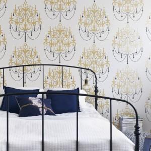 Kolekcja tapet Street z delikatnym wzorem. Doskonale sprawdzi się w sypialni urządzonej w stylu glamour. Fot. JVD.