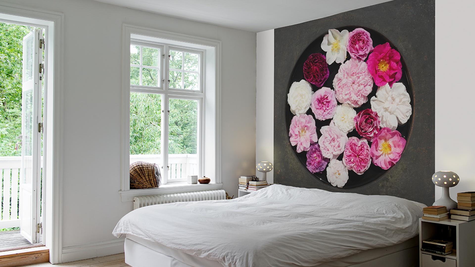 Dekoracyjna fototapeta z motywem róż stanowi ciekawą i bardzo oryginalną dekorację sypialni. Jeśli dodamy do niej stonowaną, spokojną kolorystykę to stanie się prawdziwą ozdobą wnętrza. Fot. Mr Perswall.