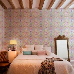 Kolorowa, bogato dekorowana tapeta stanowi ciekawą dekorację każdego wnętrza. Fot. Catalina Estrada.