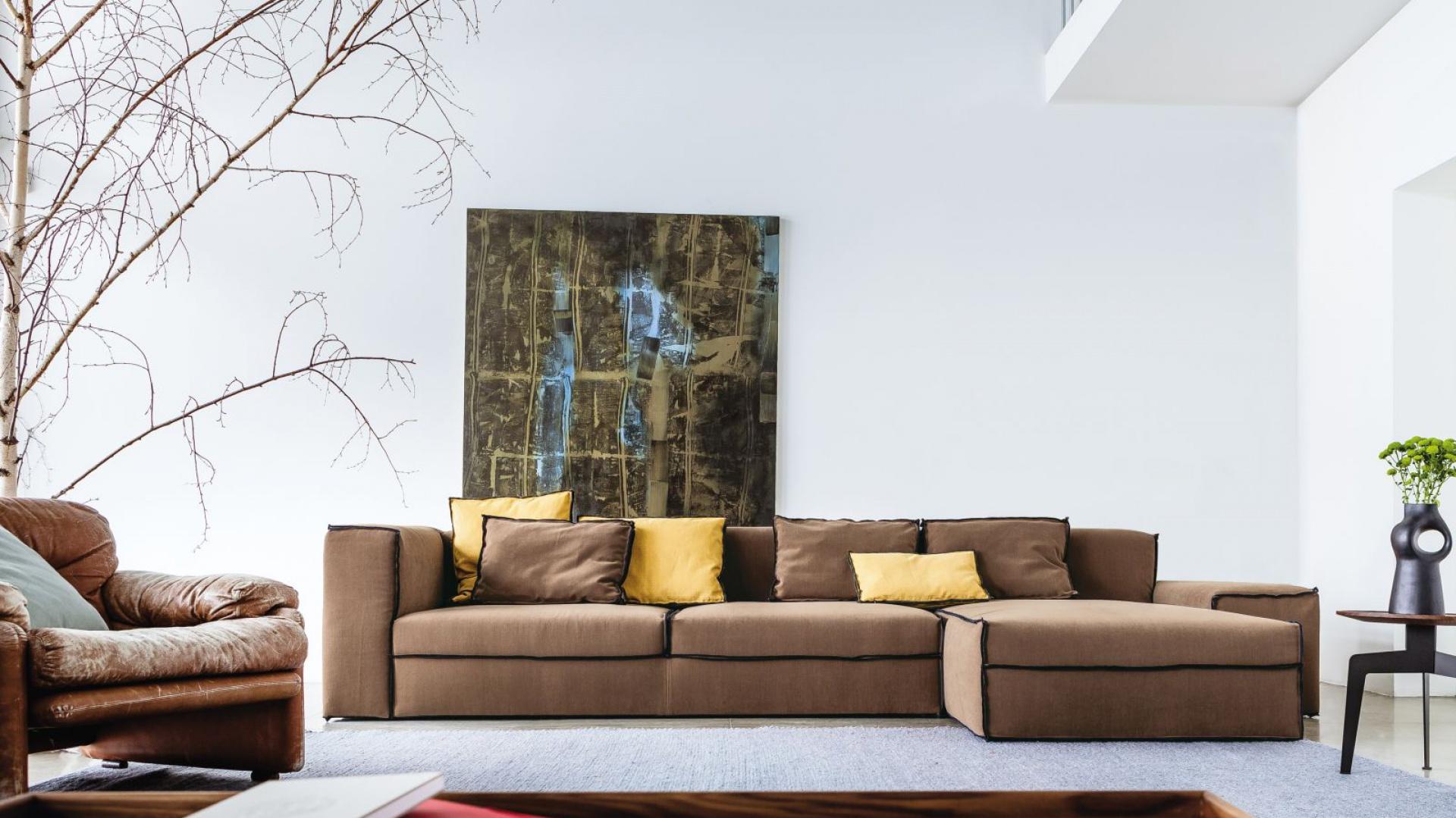 Obszerna sofa X-Small marki Lomidesign. Nowoczesne, proste kształty mebla zostały podkreślone czarnymi obszyciami krawędzi. Fot. Lomidesign.