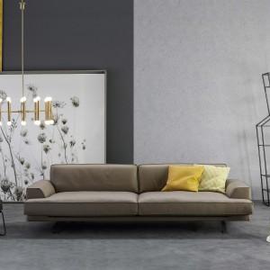 Niska sofa Slab marki Bonaldo w beżowym kolorze. Subtelne nóżki nadają kanapie lekkości i podkreślają jej nowoczesny styl. Fot. Go Modern Furniture.