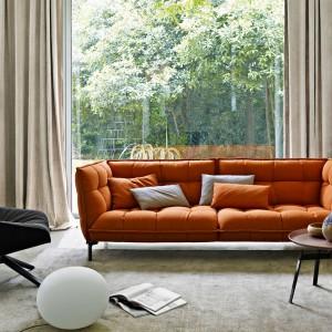 Sofa Husk marki B&B Italia charakteryzuje się wygodnym, głębokim siedziskiem. Modne przeszycia i pomarańczowy kolor tapicerki sprawiają, że mebel będzie prawdziwą ozdobą salonu. Fot. B&B Italia.
