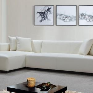 Biała sofa narożna marki Denelli Italia to propozycja do jasnych, minimalistycznych wnętrz. Jej atutem jest prosta forma, która z pewnością będzie na topie jeszcze przez wiele lat. Fot. Denelli Italia.