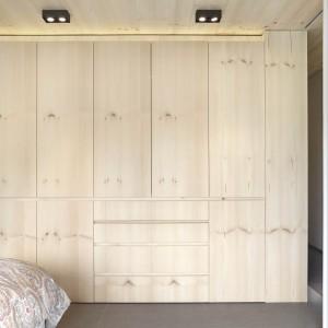 Jednorodność frontów mebli, ścian oraz sufitu tworzy wrażenie płynnej, przenikającej się przestrzeni. Projekt: Coblonal Arquitectura. Fot. Sara Riera.