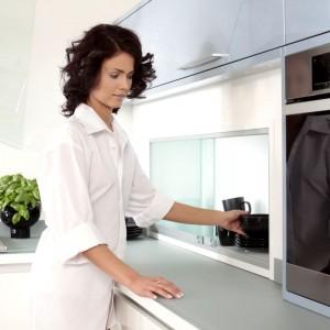 Praktyczny pomysł na pojemną szafkę to propozycja od firmy Mebel Rust. Przesuwane drzwiczki ułatwiają szybki dostęp do szafki i oszczędzają miejsce np. w małej kuchni. Dodatkowo pełnią funkcję estetyczną, ozdabiając zabudowę kuchenną. Fot. Mebel Rust.