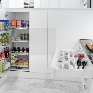 Poręczne szuflady z antypoślizgowymi organizerami czy dodatkowe półki na drzwiach szafki to bardzo funkcjonalne rozwiązania, które ułatwią przechowywanie codziennych akcesoriów i produktów spożywczych. Fot. Peka.