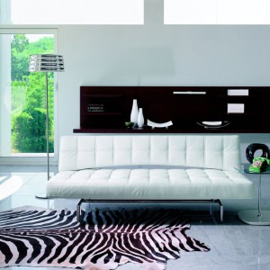 Pikowana sofa Pierrot marki Bonaldo podkreśli kobiecy charakter aranżacji salonu. Dekoracyjne przeszycia oraz stalowe nóżki nadają meblowi glamourowy styl. Fot. Go Modern Furniture.