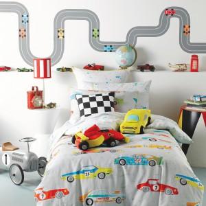 A to propozycja dla fanów dobrych aut. Pościel w kolorowe samochody firmy Becky and Lolo z pewnością przypadnie do gustu większości małych chłopców. Fot. Becky and Lolo.