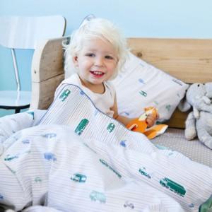 Zielone autobusy podróżujące po białej kołdrze i poduszce to propozycja wzoru pościeli dla niemowlaka lub przedszkolaka. Jasne kolory z pewnością nie rozbudzą malucha i nie będą na niego działać drażniąco. Fot. The Kid Who.