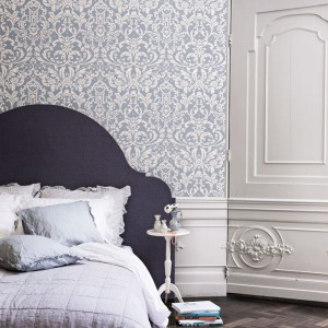 Dekoracyjna tapeta o delikatnym wzorze świetnie sprawdzi się w połączeniu z ozdobną sztukaterią. Fot. Walls Republic.