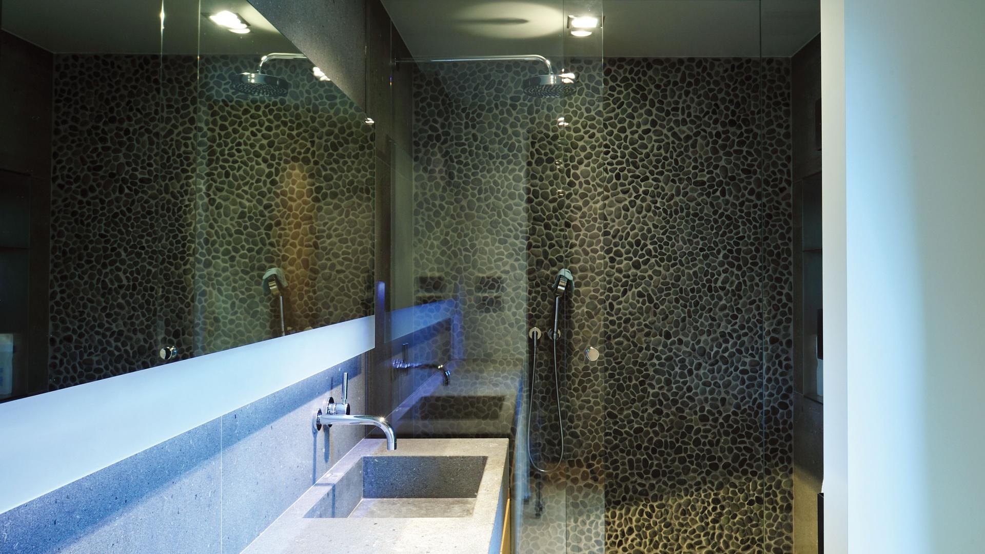 Oryginalny sposób na wykończenie strefy prysznica: kamyczki. Projekt: Coblonal Arquitectura. Fot. Coblonal Arquitectura.