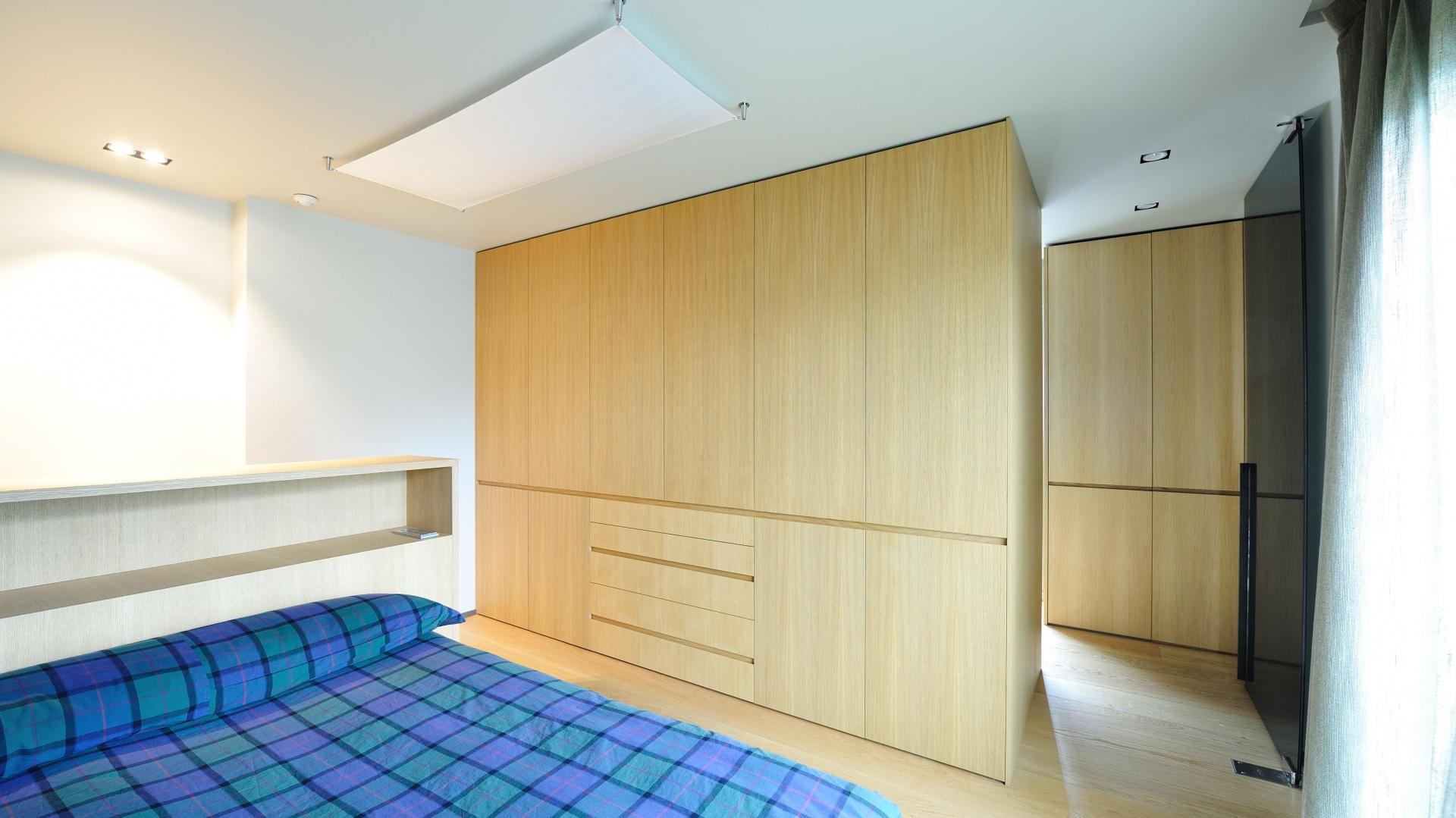 Pojemne szafy pełnią funkcję elementów działowych, zaznaczających poszczególne pomieszczenia. Projekt: Coblonal Arquitectura. Fot. Coblonal Arquitectura.