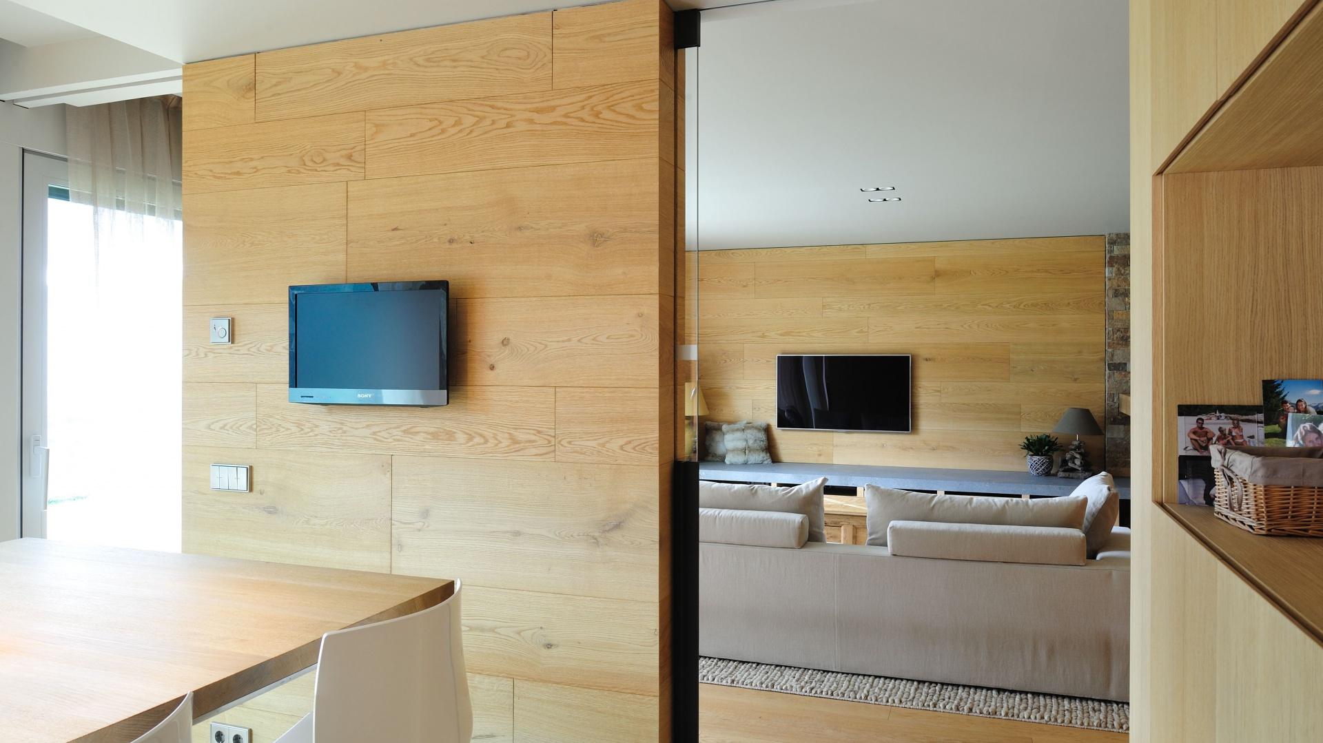 Na tej samej wysokiej zabudowie umieszczono telewizor. Projekt: Coblonal Arquitectura. Fot. Coblonal Arquitectura.