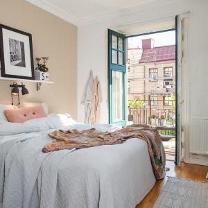 Dwa kinkiety umieszczone obok siebie symetrycznie nad łóżkiem. Takie rozwiązanie dostarcza odpowiednie oświetlenie podczas wieczornego czytania książek. Fot. Alvhem Makleri.