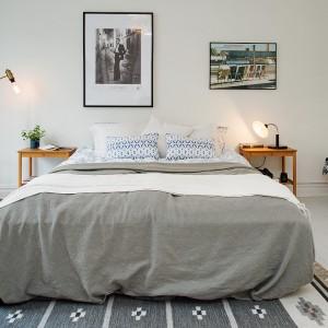 Oświetlenie w sypialni powinno być dostosowane do naszych potrzeb. Po jednej stronie umieszczono lampę podłogową, po drugiej małą lampkę umieszczoną na stoliku nocnym. Fot. Alvhem Makleri.
