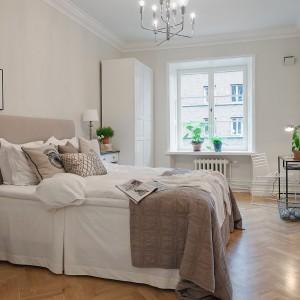 Lampy o klasycznym kształcie umieszczono na komodach znajdujących się po obu stronach łóżka. Fot. Alvhem Makleri.