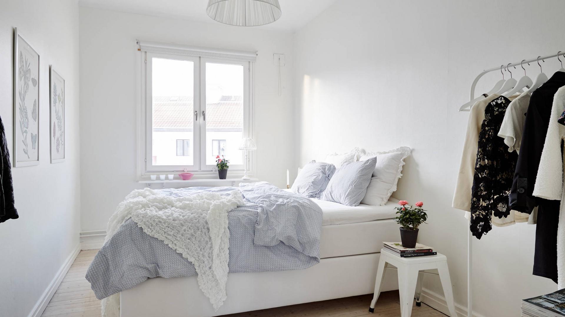 Delikatna, jasna lampa sufitowa z materiałowym abażurem dobrze komponuje się z łagodną kolorystyką panującą w sypialni. Fot. Stadshem.