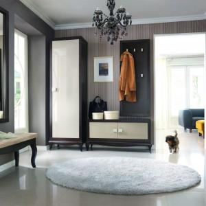 Kolekcja mebli Laviano marki Bydgoskie Meble nawiązuje do klasyki poprzez harmonijną formę i wykorzystanie naturalnego drewna. Jej nowoczesność przejawia się w doborze kolorów oraz wysokim połysku frontów i metalowych detali. Przedpokój można skomponować z indywidualnie dobranych elementów. Fot. Bydgoskie Meble.