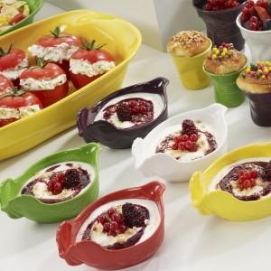 Kolorowe naczynia do zapiekania z wysokiej jakości porcelany to propozycja firmy Revol. Kształt wesołej kurki na pewno rozbawi biesiadników. Naczynia można wykorzystać do również do podawania przystawek. Fot. Revol.