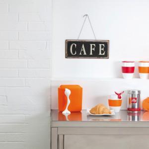 Porcelanowe kubki Aroma to dzieło włoskiego projektanta i architekta Matteo Thuna, który postawił na minimalistyczny design. Praktyczne i estetyczne kubki są idealne na co dzień i od święta, a przy okazji ozdobią wnętrze i uprzyjemnią picie ulubionych napoi. Fot. Koziol.