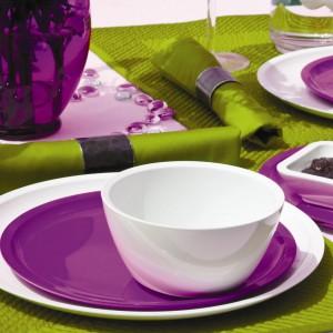 Barwna aranżacja stołu oparta na kontrastowym zestawieniu fioletu i intensywnej zieleni to inspirujący pomysł z użyciem zastawy od marki Zak! designs. W karnawale warto wykorzystywać kontrasty i bawić się kolorem. Fot. Zak! designs.