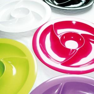 Kolorowe talerze do podawania przystawek to wręcz obowiązkowa pozycja na imprezowym stole. Przegródki umożliwiają podanie kilku przekąsek na jednym talerzu, a ich forma i kolor pomoże udekorować stół. Fot. Zak! designs.