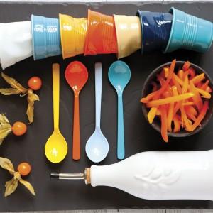 Kolorowe kubki od firmy Revol tylko udają, że są pogniecione. W rzeczywistości wykonane są z wytrzymałej porcelany, a ich zabawny kształt to udany żart projektantów. Idealne na karnawałową imprezę. Fot. Revol.