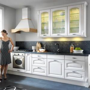 Kuchnie klasyczne kojarzone są z przestronnymi wnętrzami, gdzie w centrum stoi duży rodzinny stół. Jednak małe wnętrze również można urządzić w tradycyjnym stylu, np. wykorzystując meble z kolekcji Royal marki Black Red White. Fot. Black Red White.