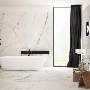 Infinity marki Fondovalle to wielkoformatowe płytki, które w efektowny sposób powielają kolor i wzór naturalnego kamienia. Przypominają biały marmur. Fot. Fondobvalle.
