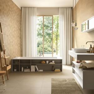 Kolekcja Natural form to propozycja marki Marazzi Ragno to propozycja w ciepłych beżach: płytki mają strukturalną powierzchnię przypominającą kamienną mozaikę.  Fot. Marazzi/Ragno