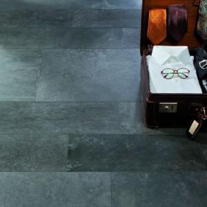 Antracytowe płytki Atlas Negro marki Grespania mają surową powierzchnie przypominającą przetarty kamień. Fot. Grespania.
