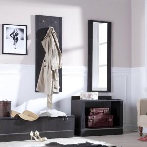 Elegancka kolekcja inspirowana stylem klasycznym to propozycja firmy Vox. Meble z kolekcji Classic o prostych i geometrycznych kształtach, których fronty wykończone są frezowaną w prążki listwą. Meble wykonane zostały z nowoczesnej płyty laminowanej, a wiele elementów konstrukcyjnych oraz nóżki mebli z naturalnego drewna. Fot. Meble Vox.
