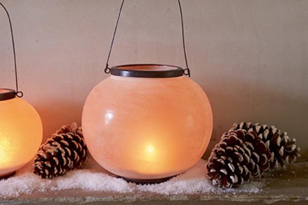 Modne są zarówno latarenki i świeczniki nawiązujące kształtem do klasycznych, bogato zdobionych kandelabrów, jak i bardziej nowoczesne, utrzymane w minimalistycznych formach.
