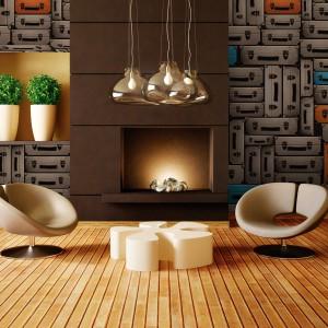 Tapeta Baggage marki House Frame będzie mocnym akcentem dekoracyjnym w salonie. Dlatego najlepiej ozdobić nią jedną ze ścian lub jej fragment. Dostępna w sklepie Wzorywidze.pl. Fot. Wzorywidze.pl.