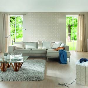 Uniwersalna tapeta Home Vision marki Rash w kolorze morskiego piasku. Dzięki temu, że wzór jest bardzo delikatny, tapetą można ozdobić całe wnętrze, jak i jedną ze ścian. Fot. Rash.