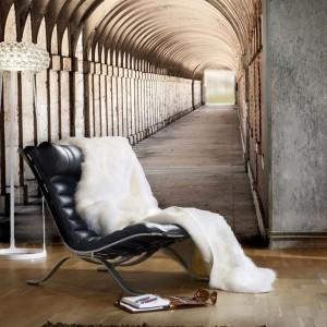 Dzięki fototapecie 3D marki Redro możemy efektownie powiększyć salon oraz wprowadzić do niego nutę tajemniczości. Fot. Redro.