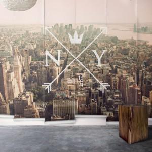 Dekoracyjna tapeta przedstawiająca widzianą z samolotu panoramę Nowego Yorku. Naturalna kolorystyka sprawia wrażenie, jakbyśmy mieli do czynienia ze zdjęciem z efektem sepii. Fot. Milton and King.